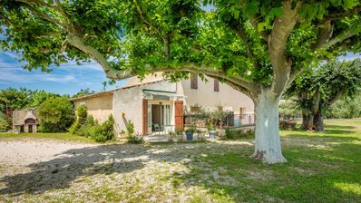 Photo for Bright cottage with garden, near Avignon and L'Isle-sur-la-Sorgue