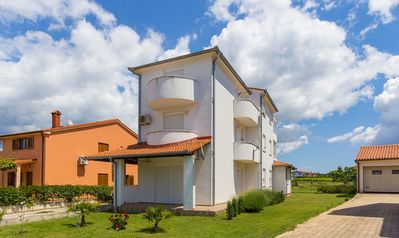 Photo for Large apartment with 3 bedrooms, air conditioning, WiFi, parking, terrace, barbecue area and your pet is also welcome