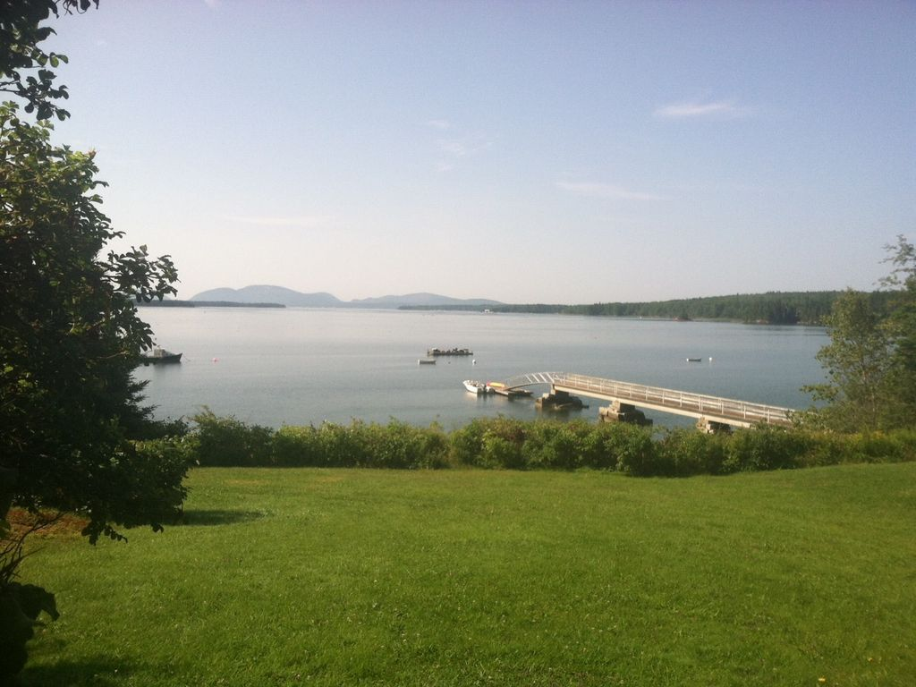 Classic and spacious maine waterfront retre vrbo for Waterfront retreat