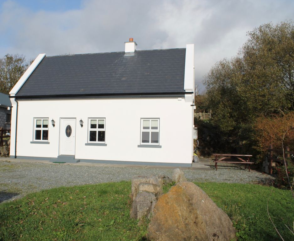 Traditional Irish Cottage In The Heart Of Connemara with ...