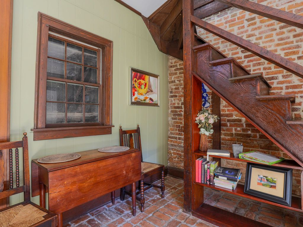 Romantic Carriage House Near Columbia Square Reserved