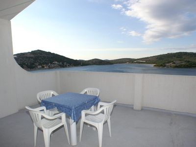 Photo for One bedroom apartment with terrace and sea view Tisno, Murter (A-814-c)