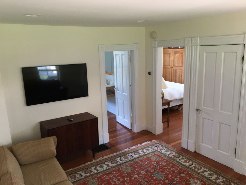lakeview terrace 2 bedroom with magic backyard no dogs