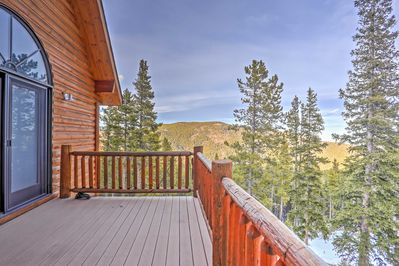 Enjoy mountain views and easy access to a boutique ski resort during your stay.