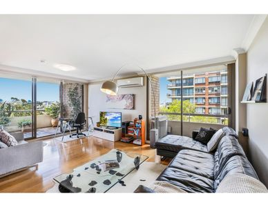 Photo for Sunny apartment with sweeping district views