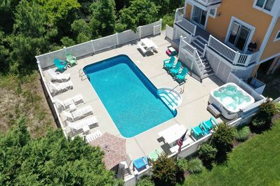 A mere 80 steps to the beach. Take your pick: swim in the pool, relax in hottub.