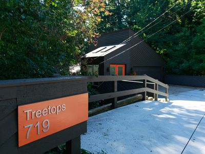 Stunning view amongst the trees! Modern-contemporary just a short walk from town