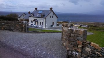 WILD ATLANTIC WAY Secluded New Home W/ Panoramic Ocean Views-Close to Town