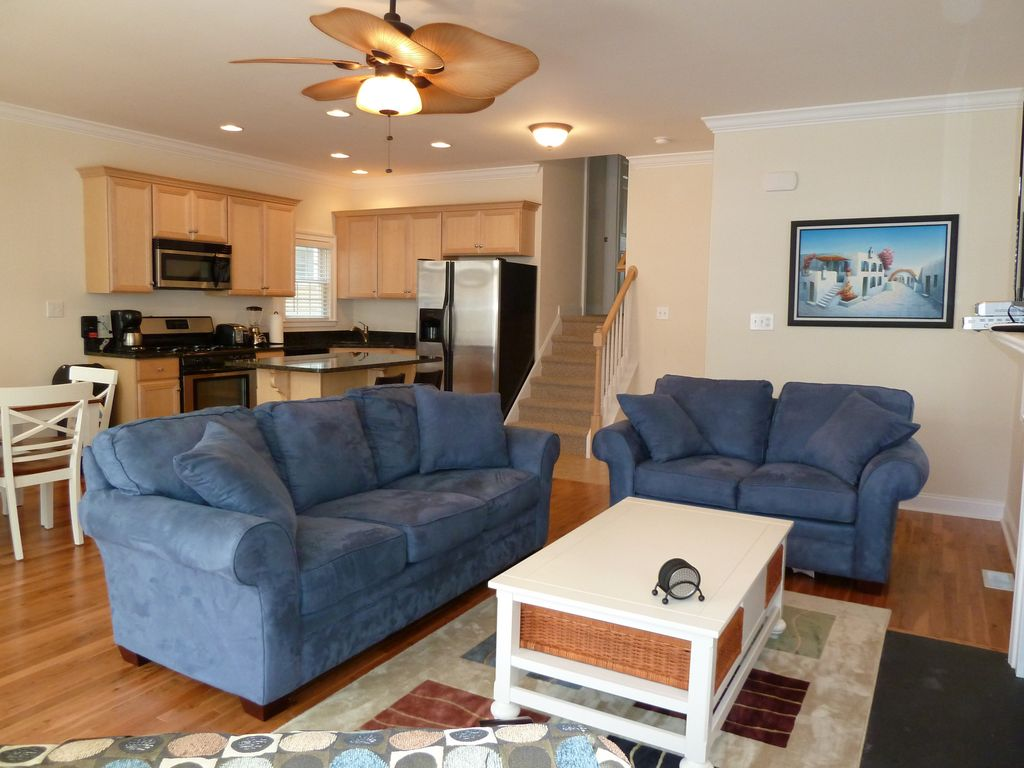 BEAUTIFUL HOMEASBURY AVE2 BLOCKS TO BEACH3 BR25 BAWIFI Porch Living Room