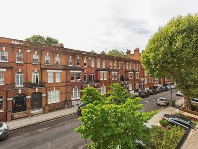 Photo for Charming 2bed in West Kensington nr River Thames