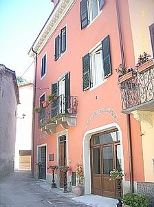 Photo for Tuscan Townhouse Apartment with access to Terraced Gardens