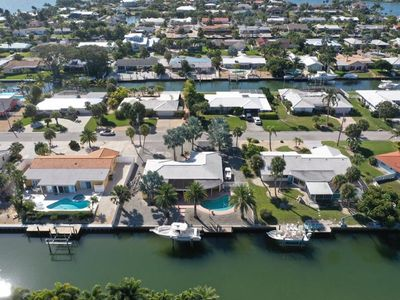 PARADISAICAL  ENCLAVE WATER FRONT 5* POOL -FISHING DOCK -KAYAK -BIKES-FAMILY FUN