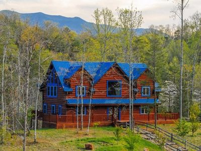 Blue Mountain Lodge  4 bd/4.5 ba private cabin btw Gatlinburg and Pigeon Forge