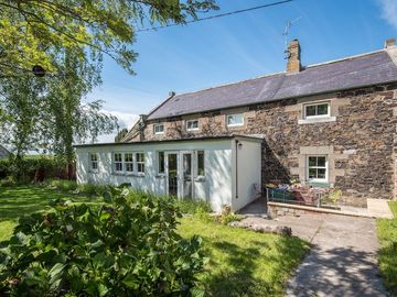 WELL HOUSE warm, welcoming country cottage, sleeps 6. Pretty village setting