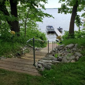 Steps from the house and bunkhouse to the lake.
