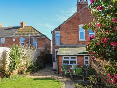 ACACIA HOUSE, Pet Friendly, With A Garden In Weymouth, Ref 912573