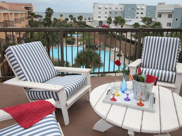 Enjoy Beautiful Deck with Family and Friends - Top Floor View on Seawall Blvd!