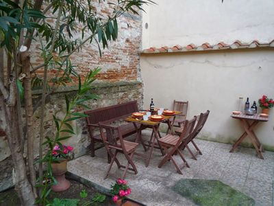 Photo for Charming Garden apartment in Oltrarno with WiFi, air conditioning & private garden.