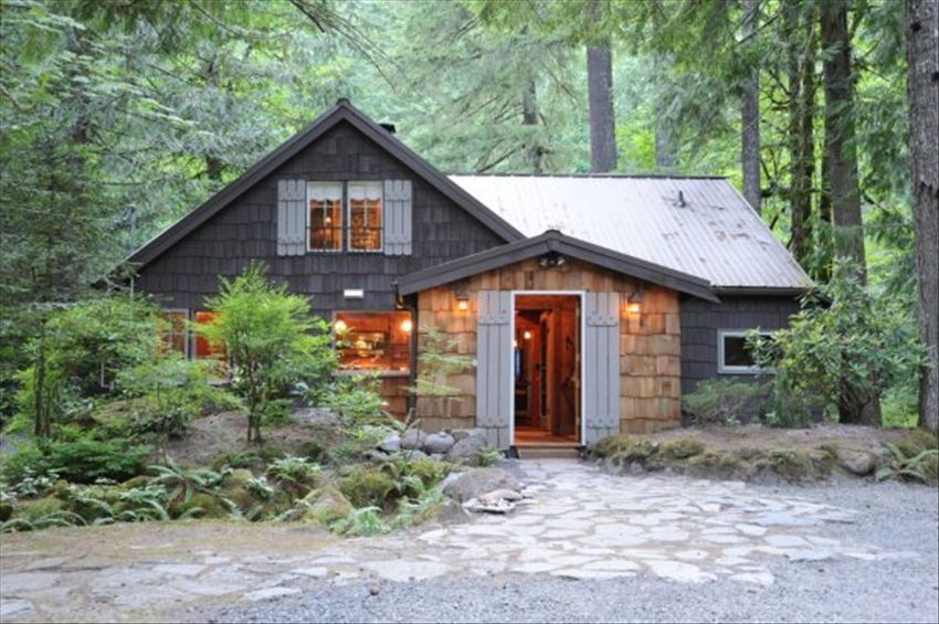 Restored romantic streamside cabin hot tub free wi fi for Romantic cabins oregon