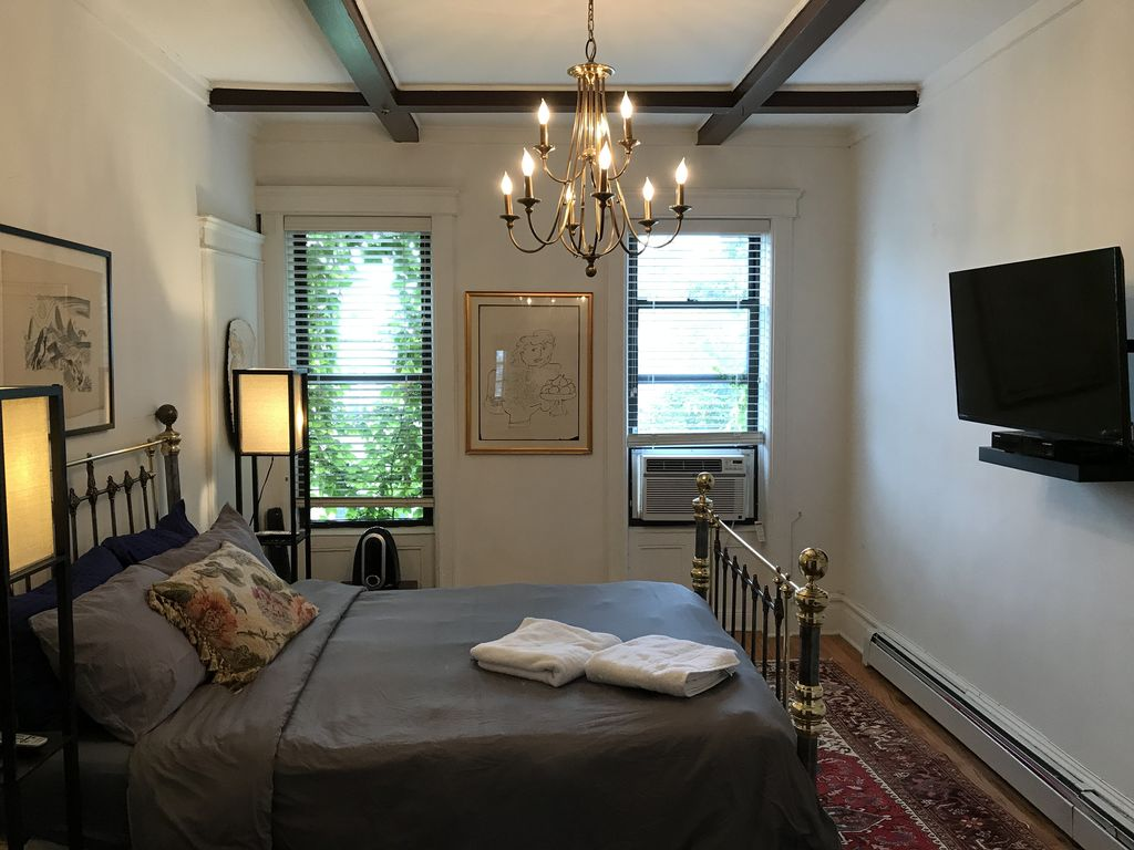Brooklyn apt 30 min from Manhattan. 1,200 large apt newly renovated.