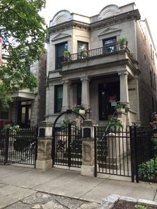 Photo for Charming, Vintage Wrigleyville Apartment with Free Parking