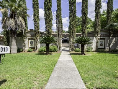 Photo for Great Location Immaculate Large Family Home.
