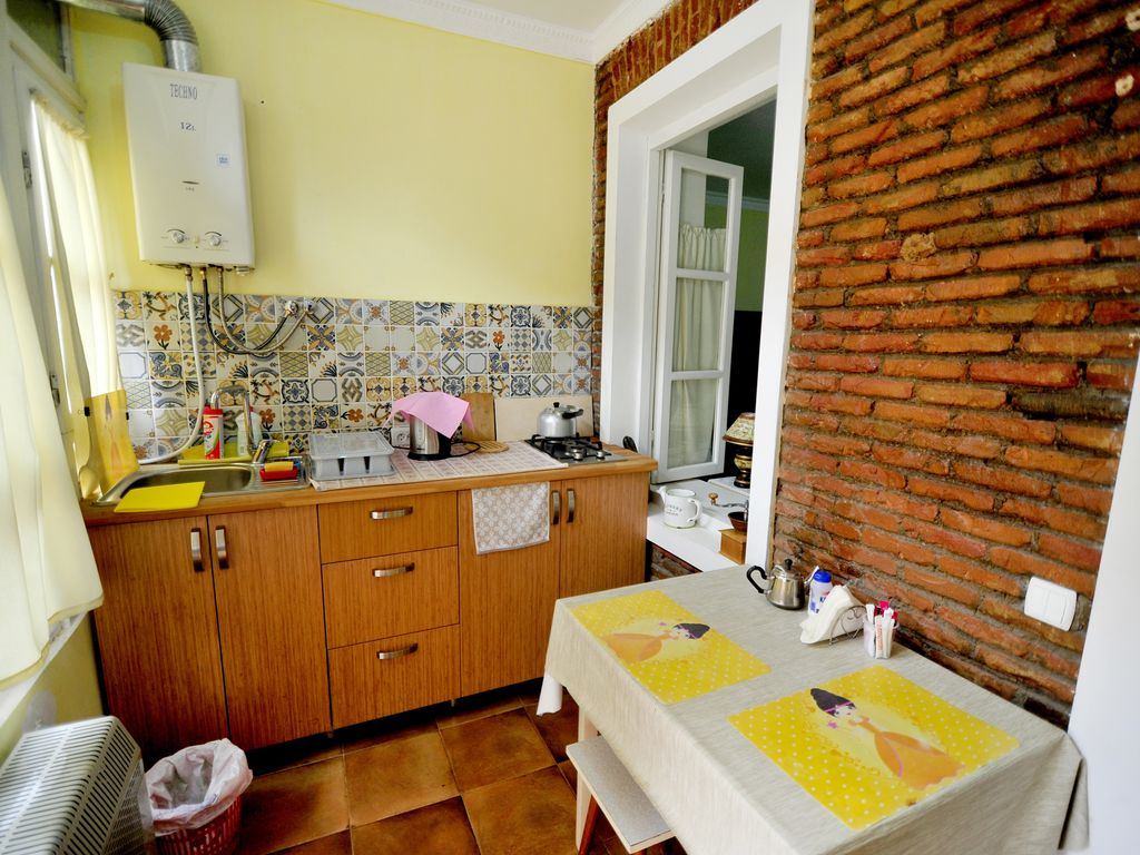 Airy central tbilisi appartement avec patio dzveli for Appartement avec patio