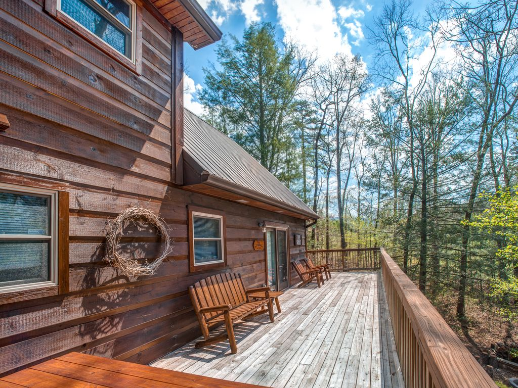 Spacious cabin in the woods w hot tub shared seasonal for Smoky mountain cabins with fishing ponds
