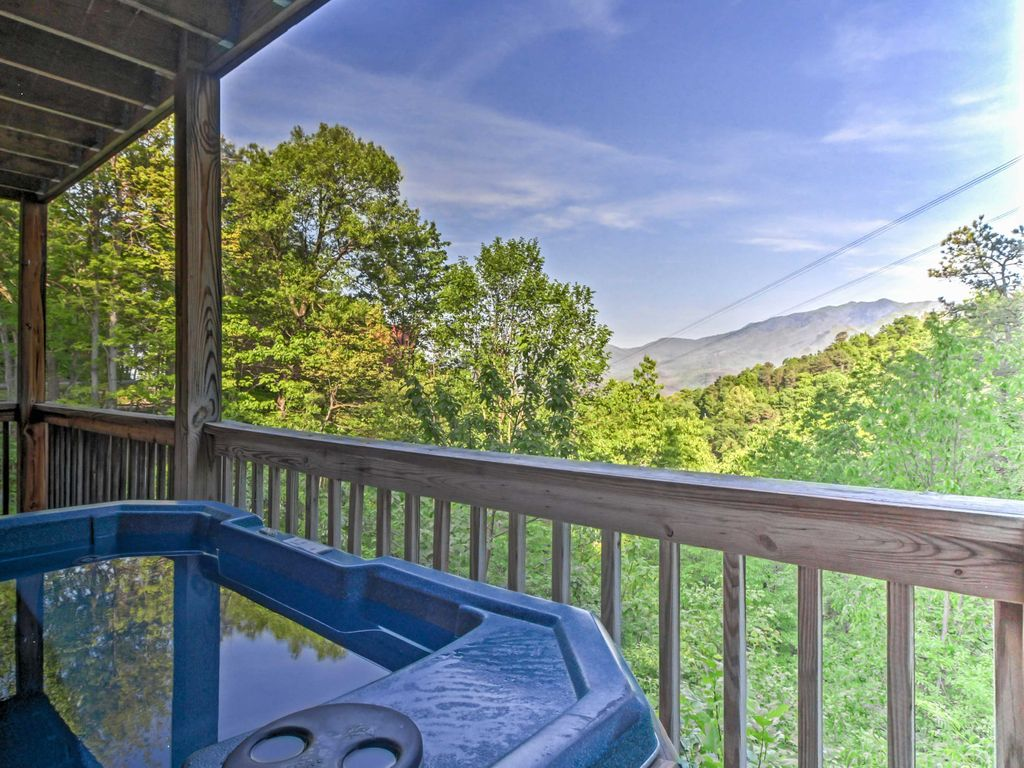 New 2br gatlinburg cabin w hot tub mtn vrbo for Cabin in gatlinburg with hot tub