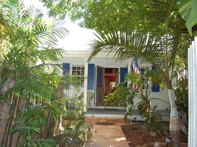 VILLAGE ROOSTER ~ Quaint Cottage in Bahama Village Steps from the FUN!