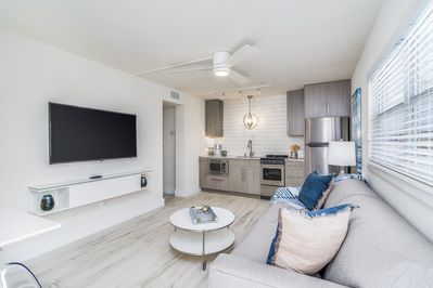 """Beautiful, Modern, Coastal Apartment with 55"""" TV and fully stocked kitchen"""