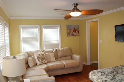 Bright and cheerful living room with flat screen TV & cable
