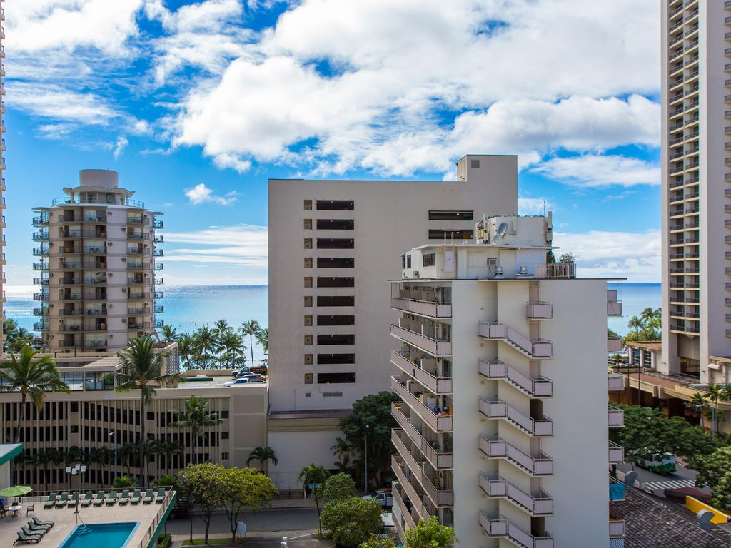 Beautiful Waikiki OCEAN VIEWS with large Private Deck