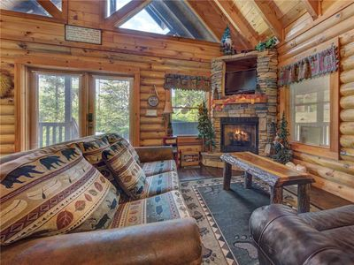 Wilderness Theater and Lodge, 3 Bedrooms, Sleeps 10, Game Room, Hot Tub