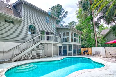 Come enjoy the private swimming pool and grilling area!