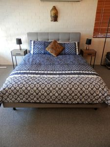 Luxurious Queen Bed - Lots of soft blankets + electric blanket in the winter