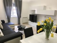 Super clean modern flat, very convenient to train station