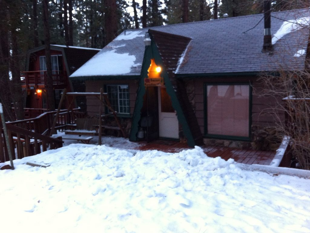 Bacon paradise affordable big bear cabin rental for Romantic big bear cabins