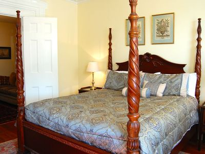 King Bed, Private Parking & Prime Historic District Location By Perry Lane Hotel