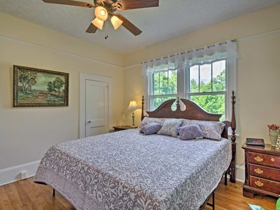 Photo for Charming Mountain Cottage with King Bed