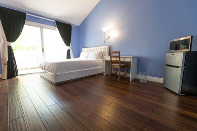 Master bedroom suite w/ new solid bamboo floors, private bathroom & patio