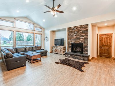 Photo for Upscale family home w/ full kitchen & gas fireplace - walk to Lake Pend Orielle