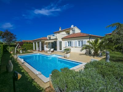 Photo for Beautiful villa with covered terrace and pool near the resort town of Porec
