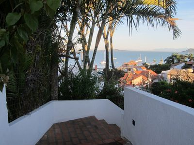 Photo for Cozy beach house with 04 suites, terrace and sea view