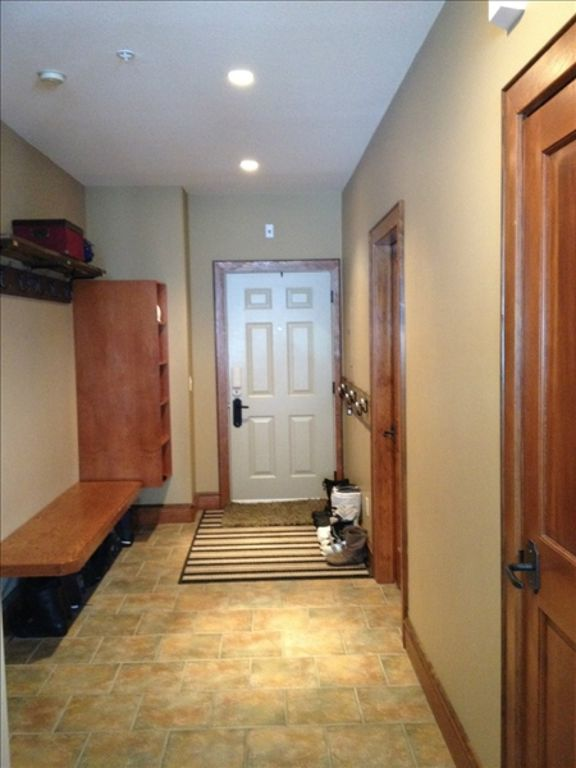 Upscale 3 Bedroom Sleeps 9 Private Hot Tub in Happy Valley. Ski in/out.