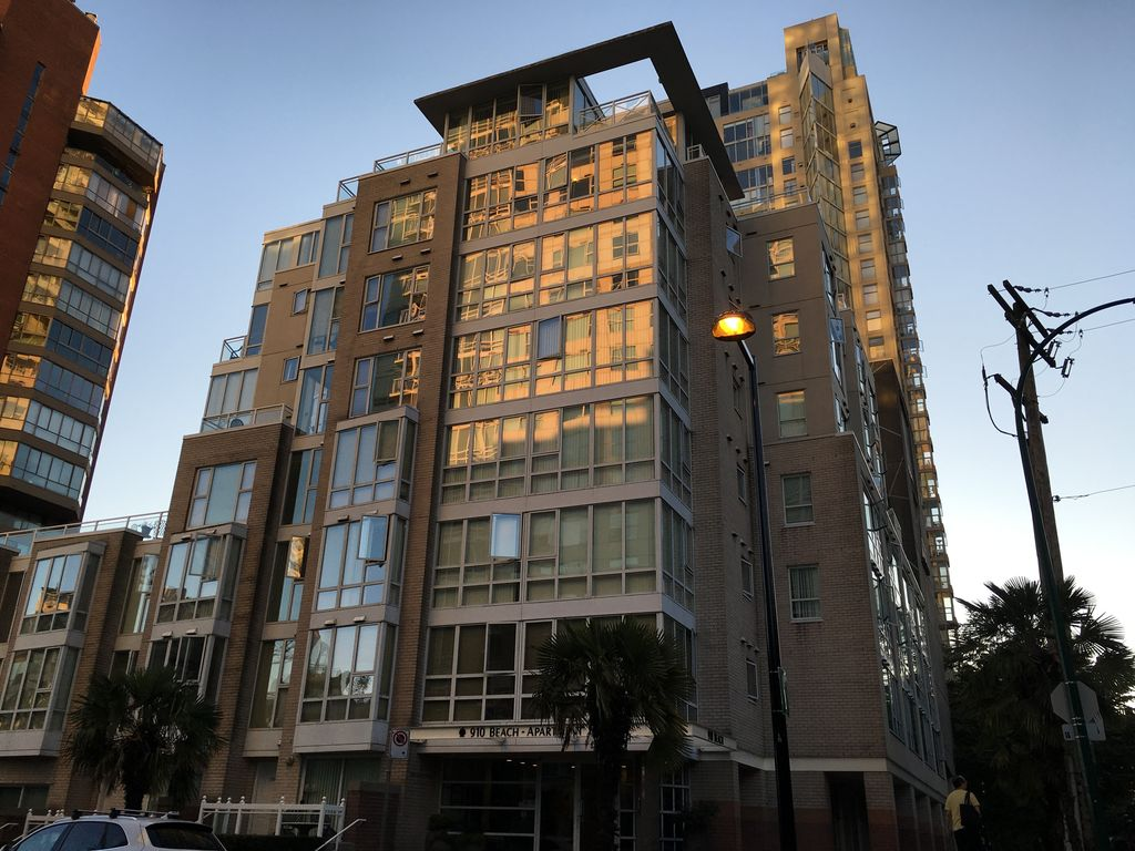 910 Beach Avenue - Fully Furnished 2 Bed 2 Bath plus Den plus outdoor Patio