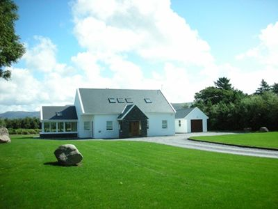 Beenbane Lodge, 100 meter tree lined entrance, quiet, wifi free.