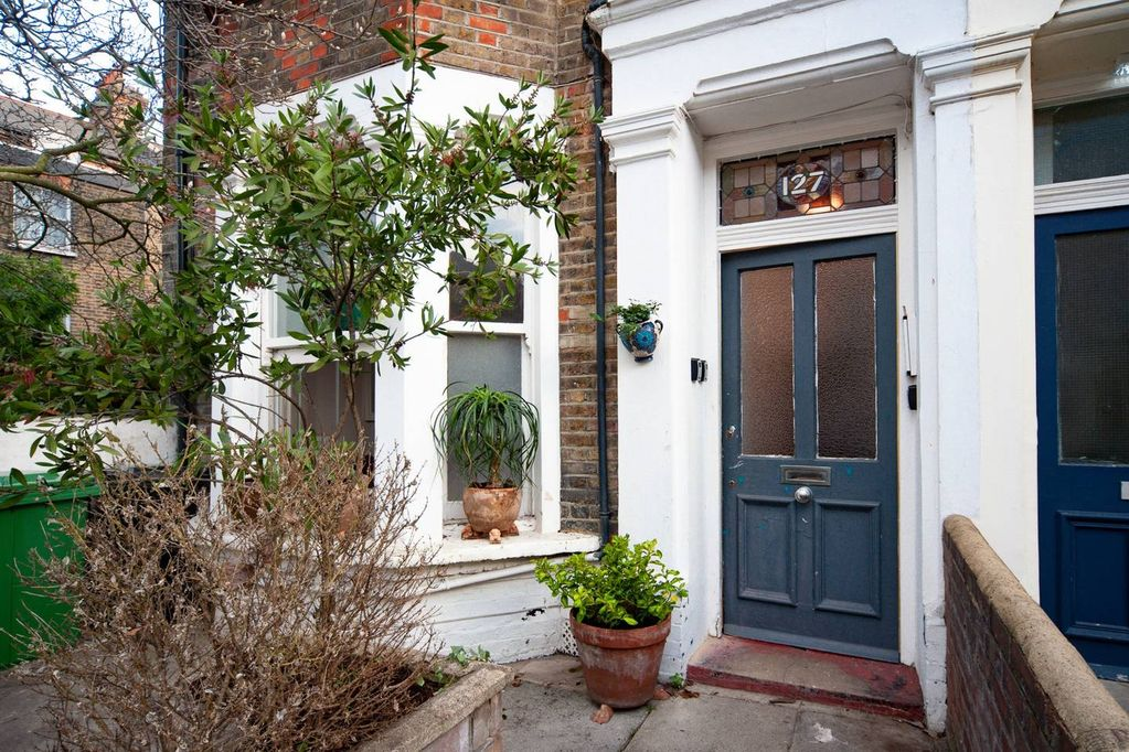 2b1154030 Charming Two Bedroom Apartment with own Private Garden just 8min to London  Underground
