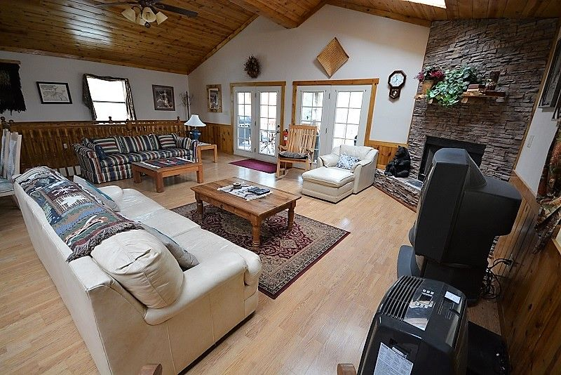 Cabin near Downtown w/ WiFi, Fireplace, Grill, Big Screen TV & Outdoor Hot Tub