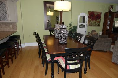 Beautiful dining room table that seats 8 or more